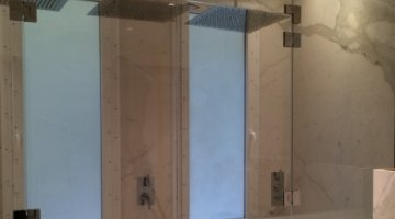 Low-iron translucent glass for a large shower cabin