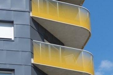 Enamelled flat or curved laminated glass balustrades