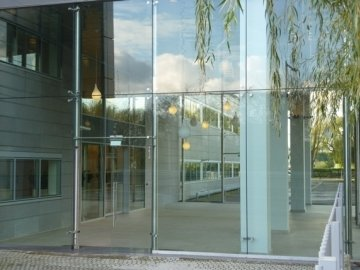 Point-fixed glass system for an entrance hall